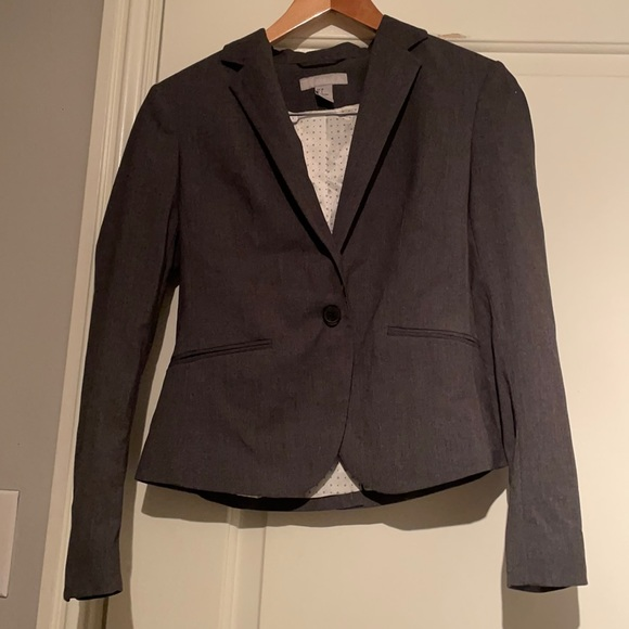 Size 8 but runs small. Would fit size 4-6 better. Dark gray H&M blazer